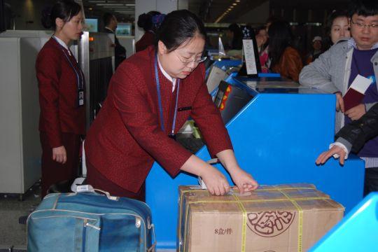 国航西南分公司地面服务部值机员为国际段旅客办理乘机手续