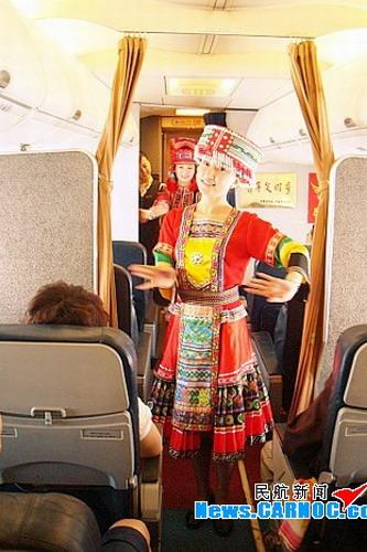 为乘客表演民族歌舞