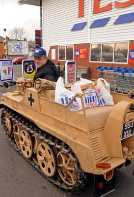 提姆开坦克到超市购物。