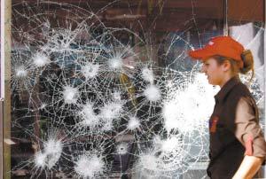 使馆遭袭航班停飞 希腊局势因骚乱失控(图)