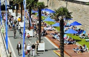 在塞纳河畔,一边是来来往往的行人,一边是优哉游哉的民众。