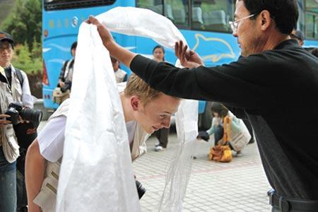 刚刚飞到拉萨的学生们受到了富含藏族特色的欢迎。鞠焕宗 摄