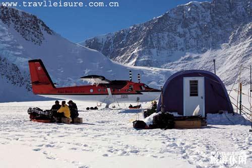 一个装有滑橇的飞机可以将探险者从大本营送到南极