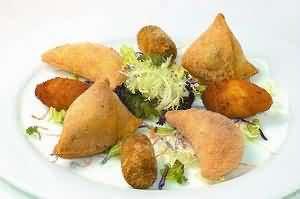 马介休球、咖喱角、虾角配成的小食拼盘
