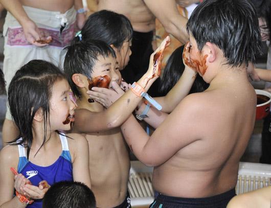 """2月8日,游客们在日本神奈川县享受奇特的""""巧克力浴""""。"""
