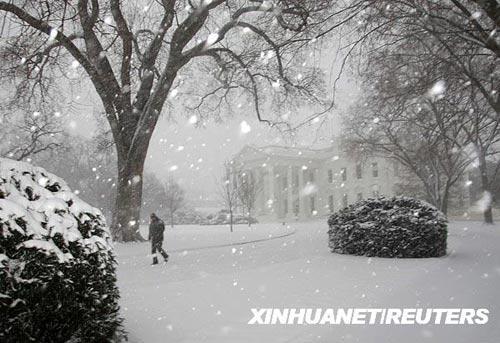 3月2日,在美国首都华盛顿白宫,一名工人在大雪中行走。新华社/路透