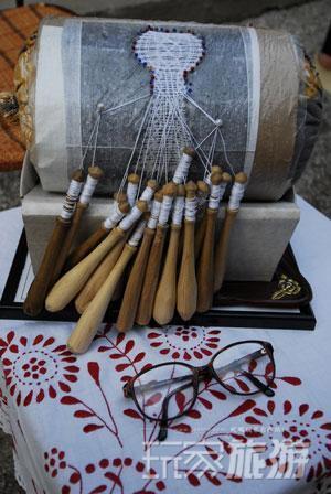 当地人就用在这样简单的棒针编织精美的花边和绣品。