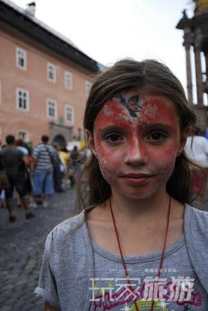 虽然仅仅是Banska Stiavnica小镇的一个普通周末,镇上的女孩也打扮起来。