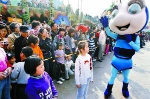 欢乐谷时尚文化节上的卡通人物
