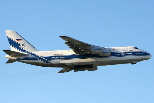 """马耳他瓦莱塔卢阿国际机场,俄罗斯伏尔加-第聂伯航空集团公司的RA-82043号安-124-100""""鲁斯兰""""飞机正在爬升阶段收回起落架。资料图片"""