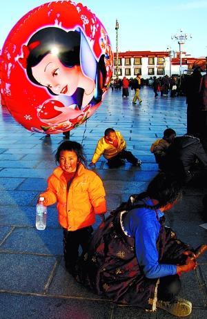 虽然还不到旅游旺季,但拉萨街头的阳光已经把人晒得很舒坦,4月的游客开始慢慢增多。 王郢 摄