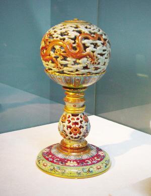 台北故宫不是古迹,却因藏有中国历代稀世珍宝、顶级精品文物而声名远扬。