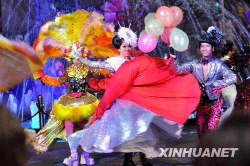 7月5日,演员在吉隆坡举行的2009马来西亚购物节开幕仪式上表演舞蹈。本次购物节将一直持续到8月31日。新华社发(张纹综摄)