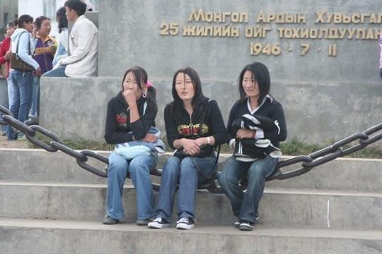 纪念碑前的蒙古女孩