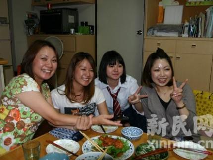 走进日本家庭:四个美女一台戏图