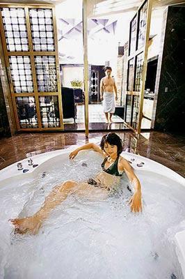 汽车旅馆里的温泉游泳池