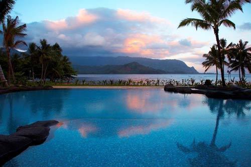 瑞吉普林斯维尔度假村置身于夏威夷青山绿水之间,在可爱岛最美的地方带来无与伦比的奢华精致与卓尔不群的服务