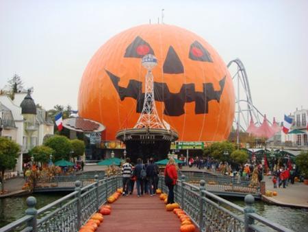 原来公园很具时代特征的建筑被装饰成了一个巨大的南瓜灯,里面就是最爱欢迎的pumpkin coaster游戏项目