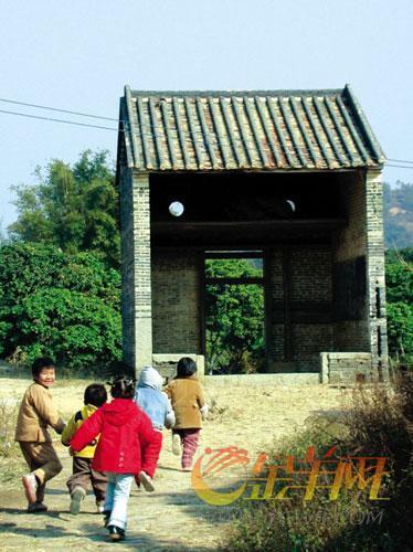 """钱岗村村门上有两只""""眼睛"""",内悬一副红棺材,代表升官发财。这在从化较为常见 颜长江 摄"""