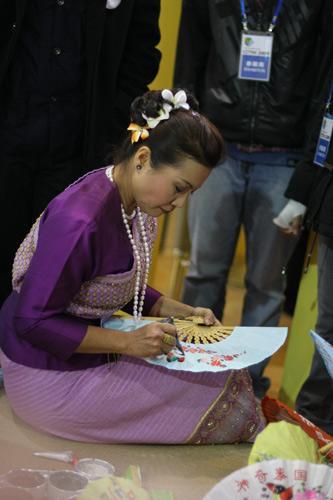 泰国姑娘画雨伞