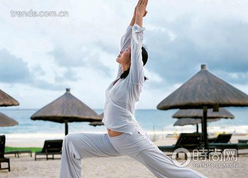 清晨,在瑜伽教练的带领下开始一天的健康之旅