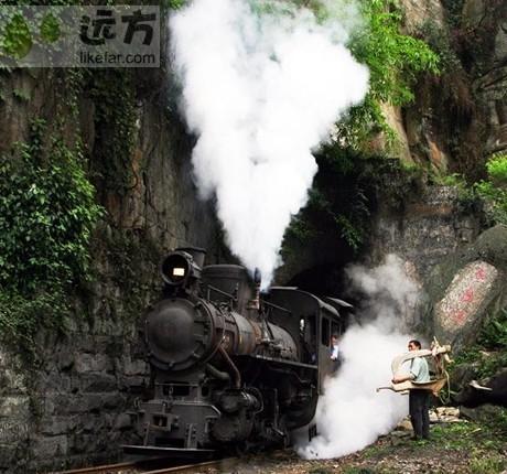 穿过隧道的小火车