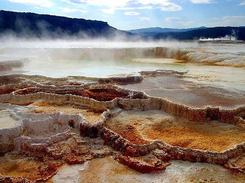几百万年前马姆莫斯地区底部的海水,为这里留下了厚质的沉淀性石灰石
