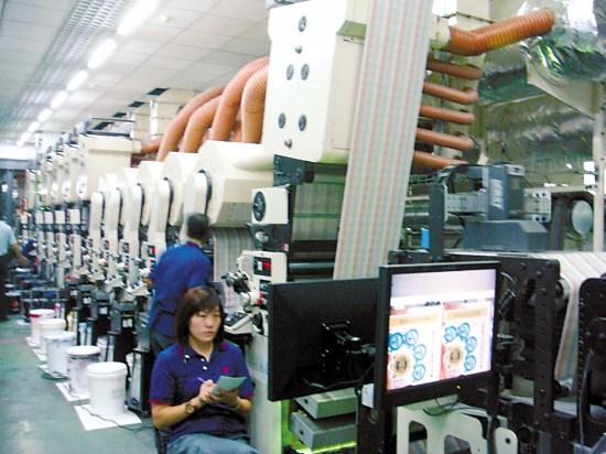 工作人员利用电脑监控彩票印制过程