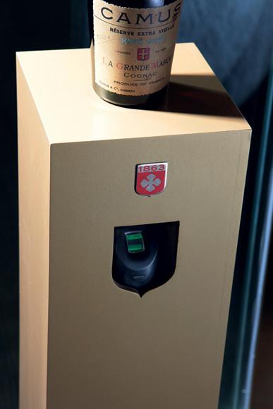要想进入酒窖必须先通过这台指纹识别系统