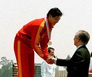 1984年为许海峰颁奖