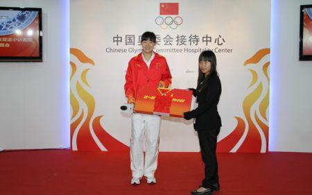 中国女子跆拳道亚运会冠军为小记者赠送签名领奖服