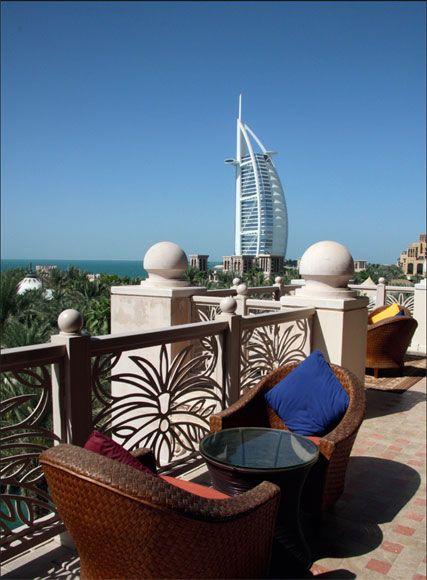 """坐在Madinat Jumeira大堂二楼的阳台上,阳光、沙滩、蔚蓝大海和""""帆船酒店""""构成一幅美好画卷"""