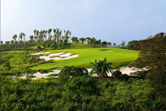 Blackstone 第11洞,不规则的沙坑过渡与植草边线尤能体现其风格。
