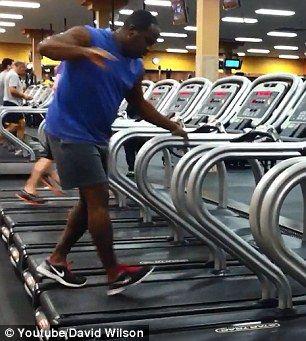 美国上边黑人跑步机男子v上边边跳舞淘宝自行车.图片