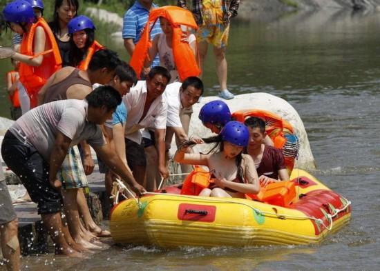 河南1名女游客穿比基尼玩漂流不慎走光