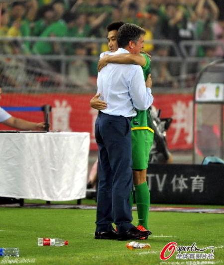 王晓龙与图拔温情拥抱