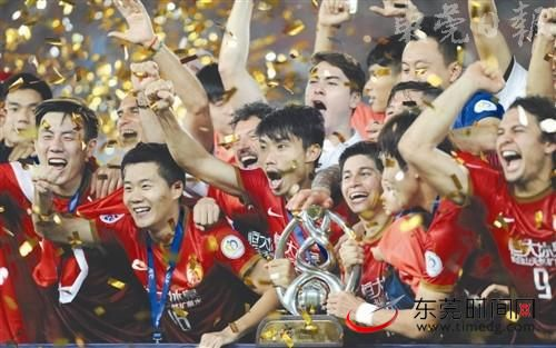 带领广州恒大登顶亚冠后,郑智(中)也以突出表现荣膺亚洲足球先生