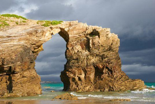 As Catedrais海滩,加利西亚,西班牙   世界上不乏由海水侵蚀造就的自然奇观,而位于西班牙加利西亚海岸线,紧邻里瓦德奥城的这座As Catedrais海滩便是其中之一。海滩最为特别之处是崖壁上一座形似大教堂的天然拱门。