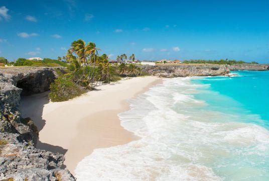Bottom Bay,巴巴多斯   被珊瑚岩壁所包围的Bottom Bay是巴巴多斯最迷人的海滩之一,由于海浪汹涌,所以并不建议游人在此游泳。而在棕榈树下来一次惬意的野餐则是这里备受推崇的游览项目。