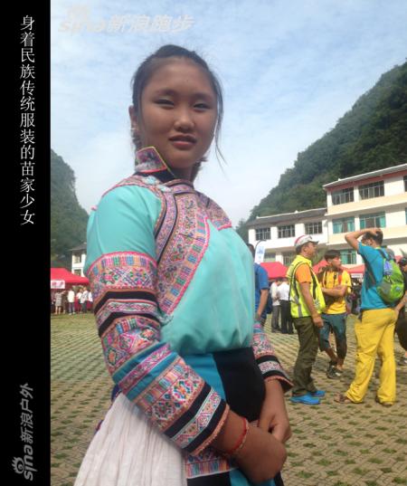 身着民族传统服装的苗家少女。