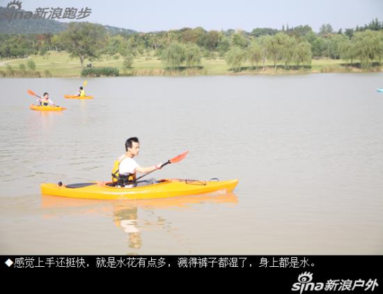体验水上运动皮划艇。
