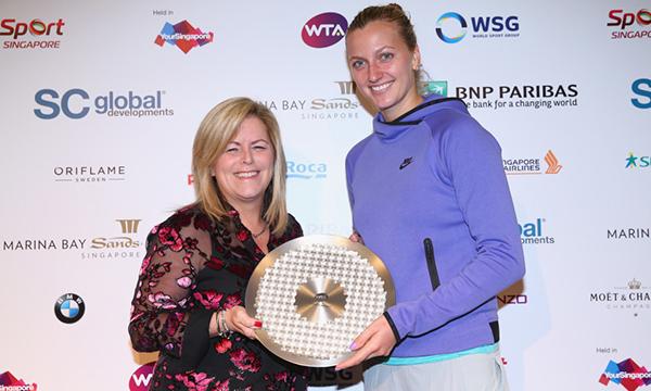 高清-科娃荣获WTA钻石Aces奖 WTA主席为其颁奖