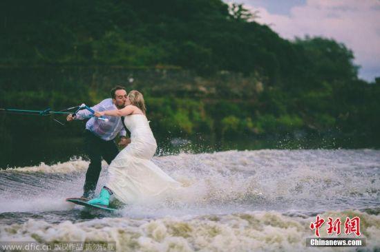 北爱尔兰新人边玩水上滑板边拍婚纱照。