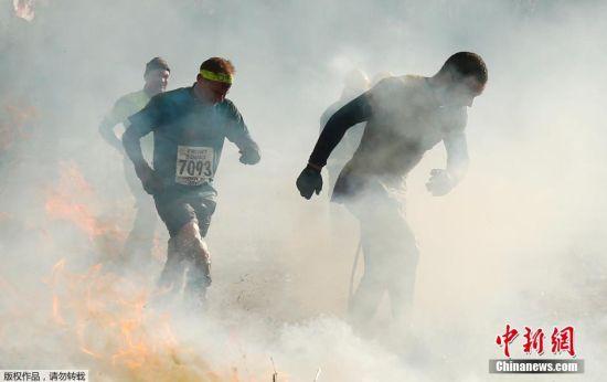 """英格兰中部特尔福德郡Perton小镇举行了一项被誉为""""世上最残酷竞赛""""的比赛――硬汉挑战赛。"""