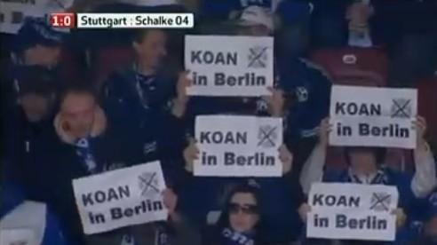 """2011年德国杯拜仁被沙尔克淘汰后,沙尔克球迷用""""KOAN""""纸牌讽刺无缘柏林决赛的拜仁"""