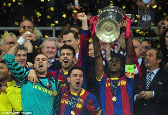 阿比达尔举起欧冠奖杯