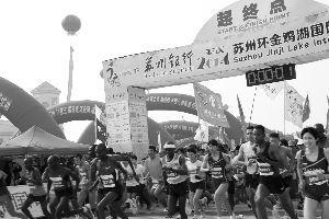 本届苏州环金鸡湖马拉松比赛吸引了2.2万人参加。