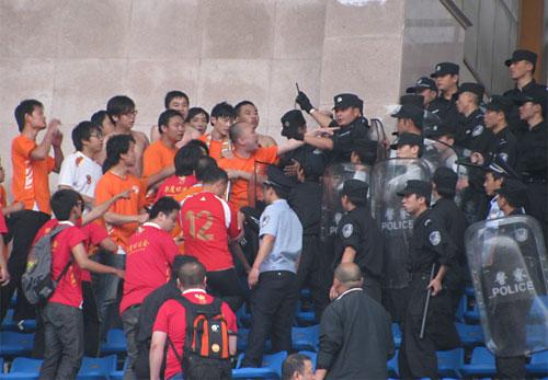 湘鄂球迷爆小规模冲突不和谐因子去年已种下(图)
