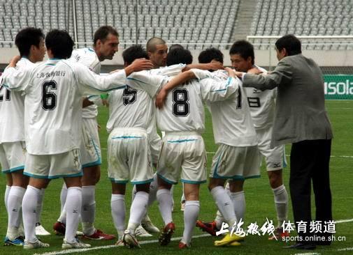 图文-[中甲]上海东亚2-0广东日之泉进球围圈打气