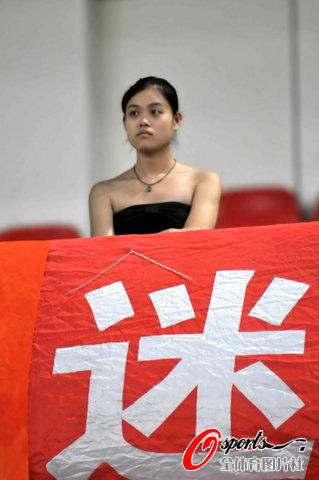 图文-2010中甲第16轮南京VS上海美女球迷现身看台